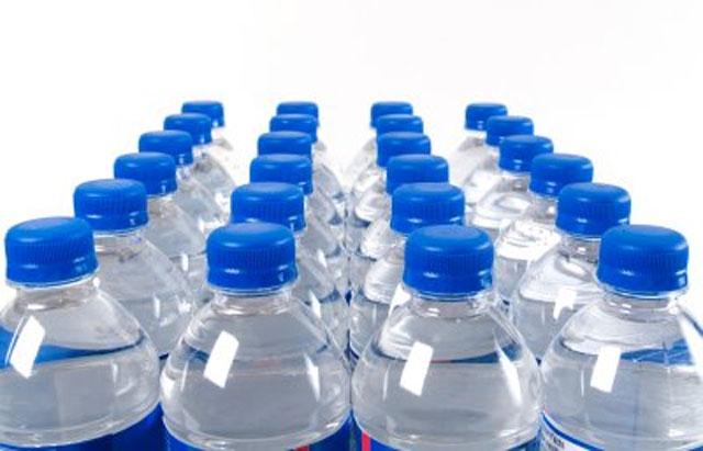 Percheziţii la un lanţ de magazine din Bucureşti pentru înşelăciune cu apă minerală contrafăcută