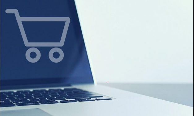 Vânzările magazinelor online au crescut cu 76% în 2021